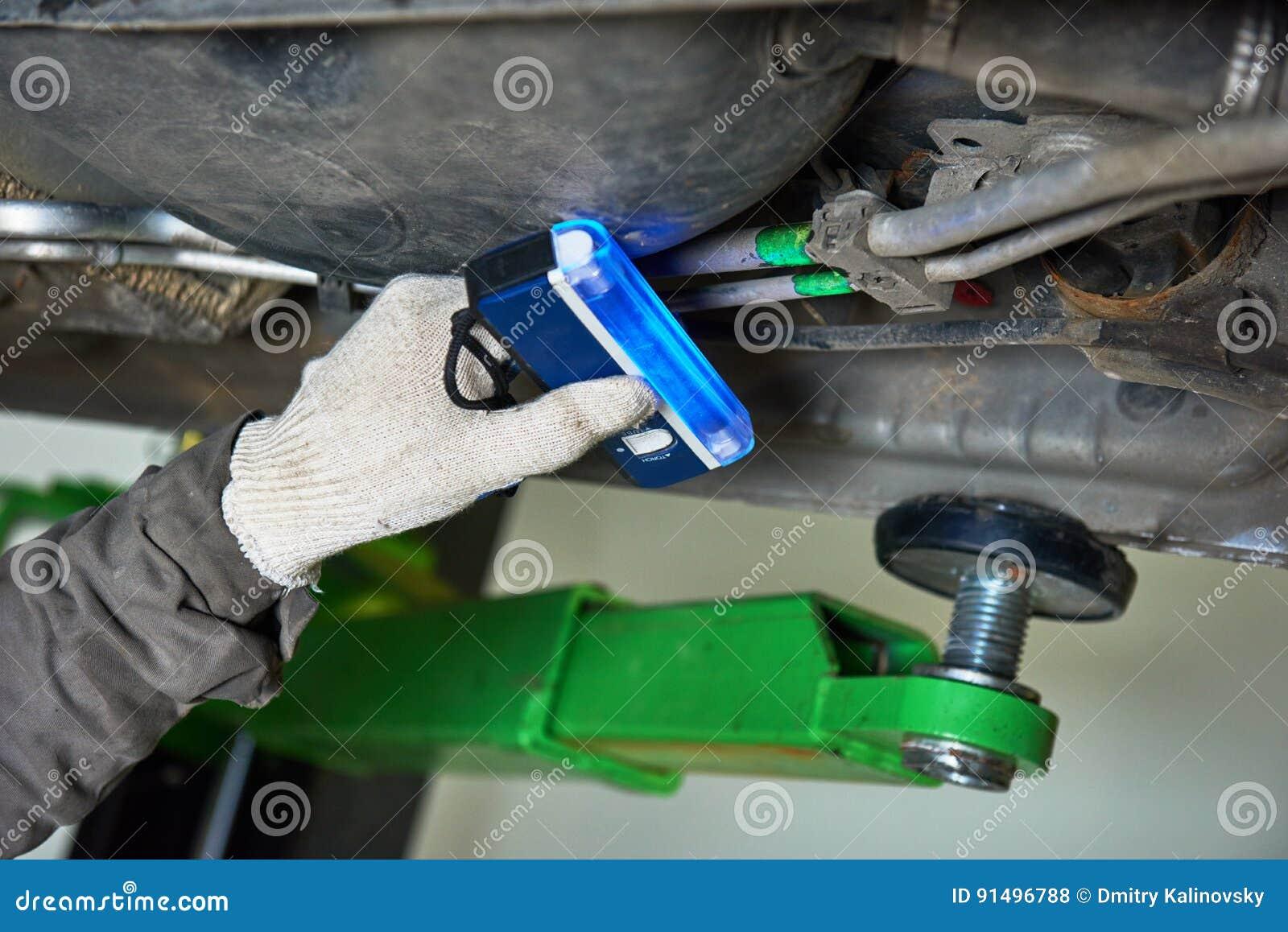 Обслуживать кондиционера автомобиля утечка freon обнаружения с лампой ультрафиолетова