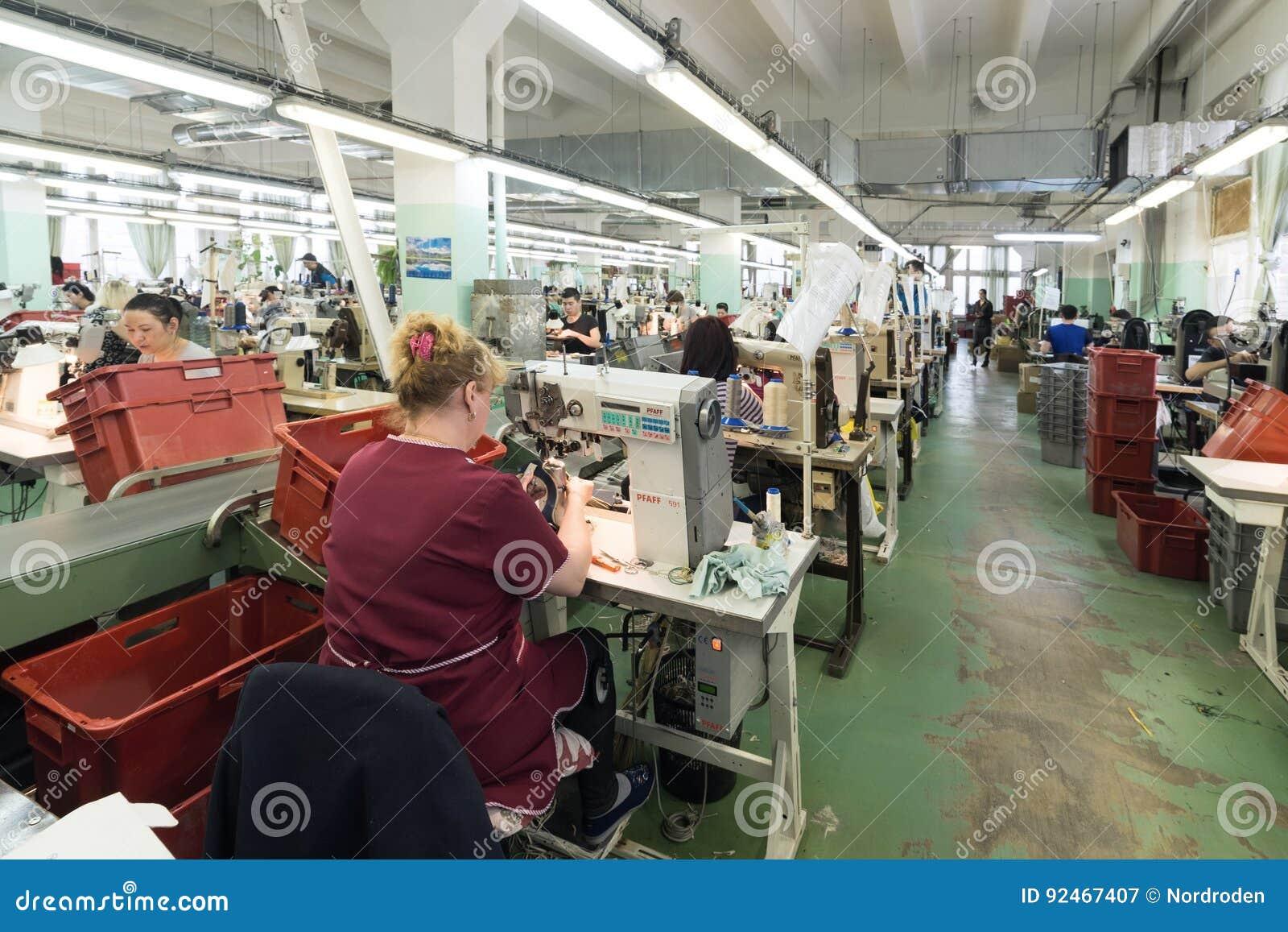 9f1c74788 МОСКВА, РОССИЯ - 21-ОЕ ФЕВРАЛЯ 2017: ЗВОНАРЬ обувной фабрики JSC RALF Москвы  Женские и мужские работники на швейной машине