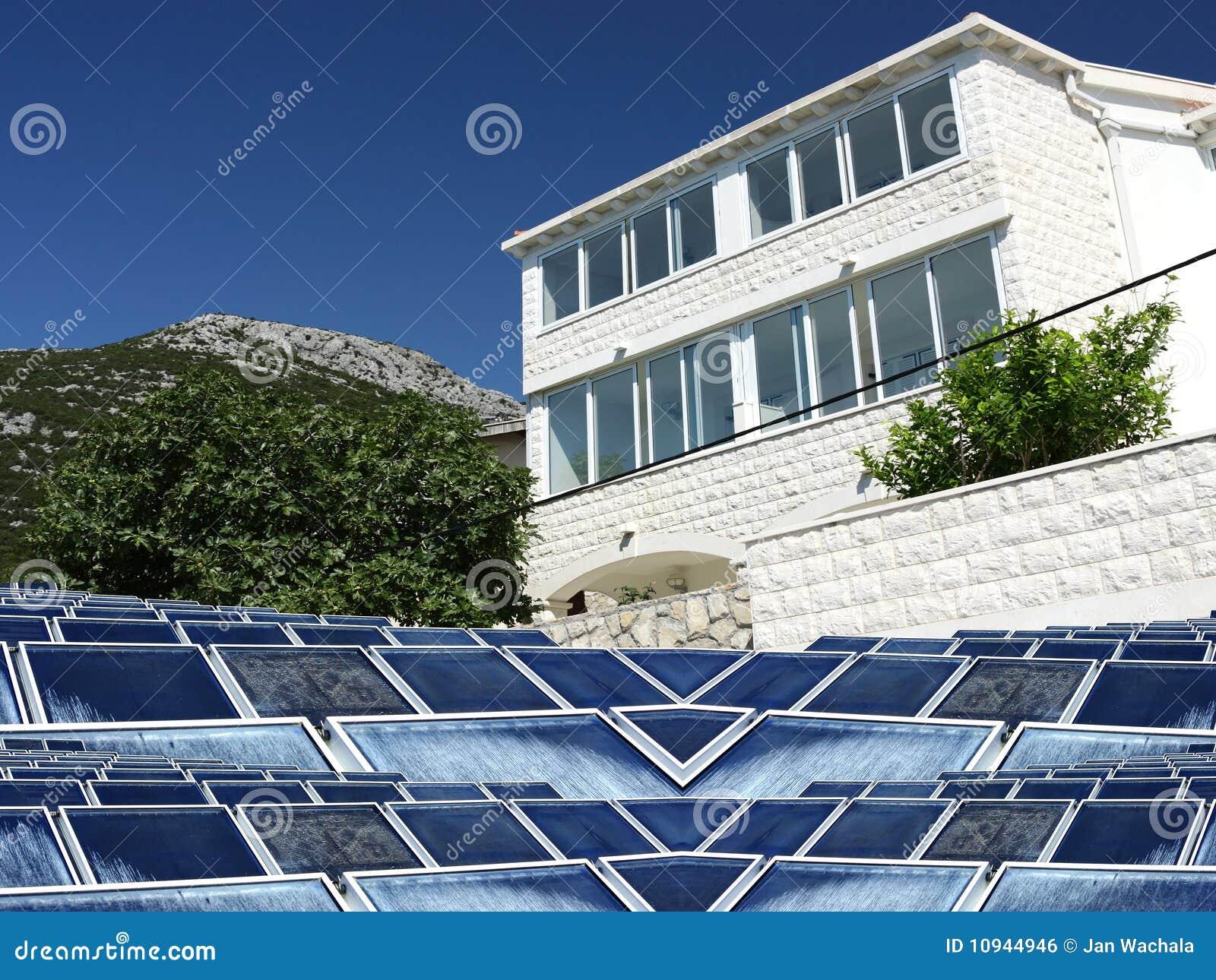 обшивает панелями солнечное