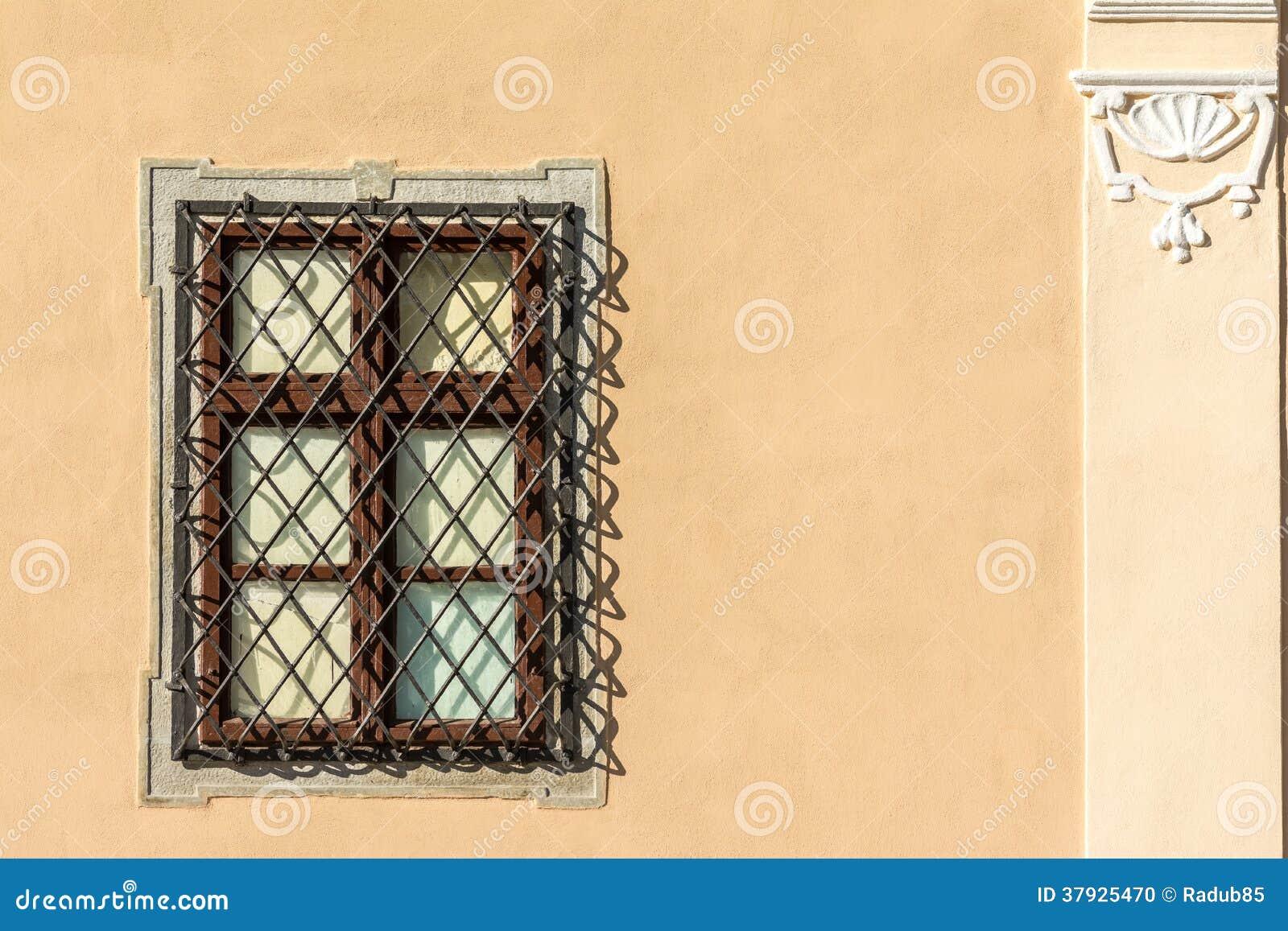 Общее средневековое окно дома