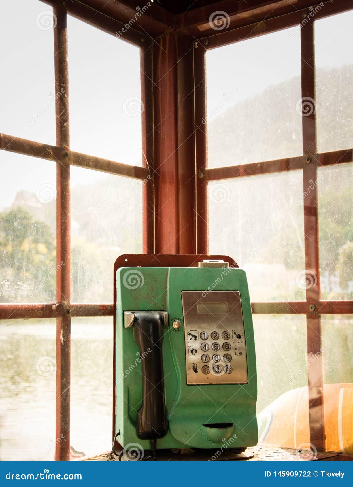 Общественный зеленый телефон