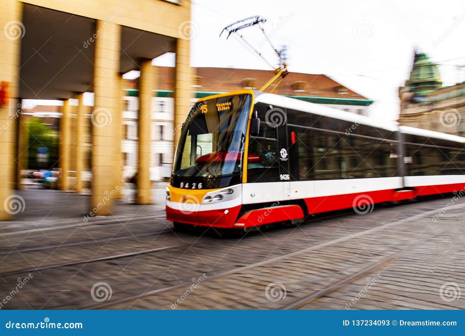 Общественный транспорт - трамвай в Праге