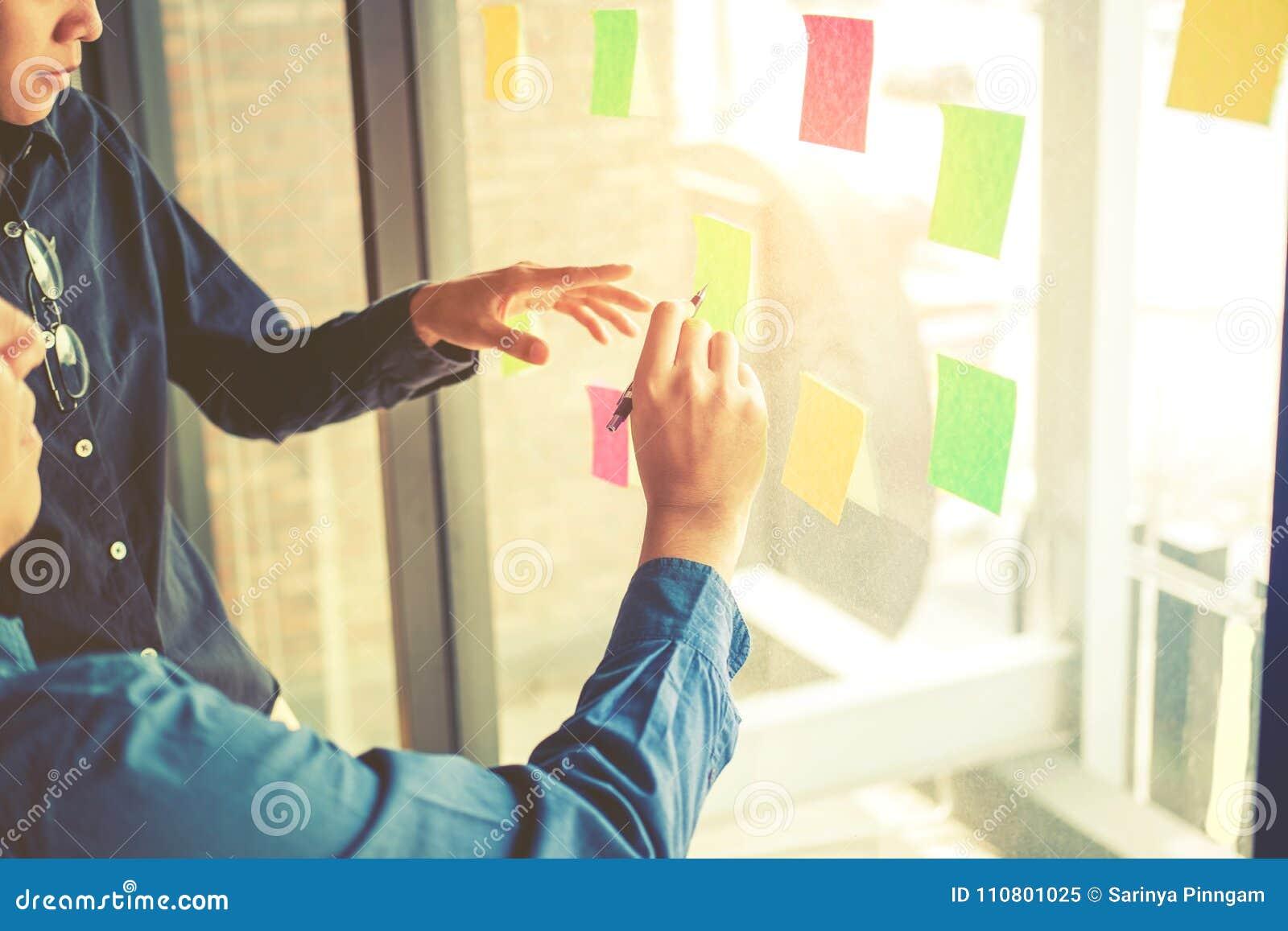 Объединяйтесь в команду творческое планированиe бизнеса и думать идей для succes