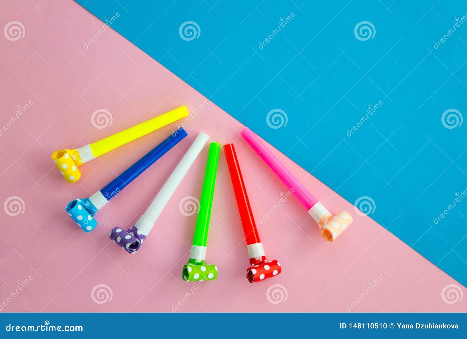Объекты для праздновать ложь дня рождения на голубой и розовой предпосылке Воздушные шары, трубки для коктейлей и трубы, свистки