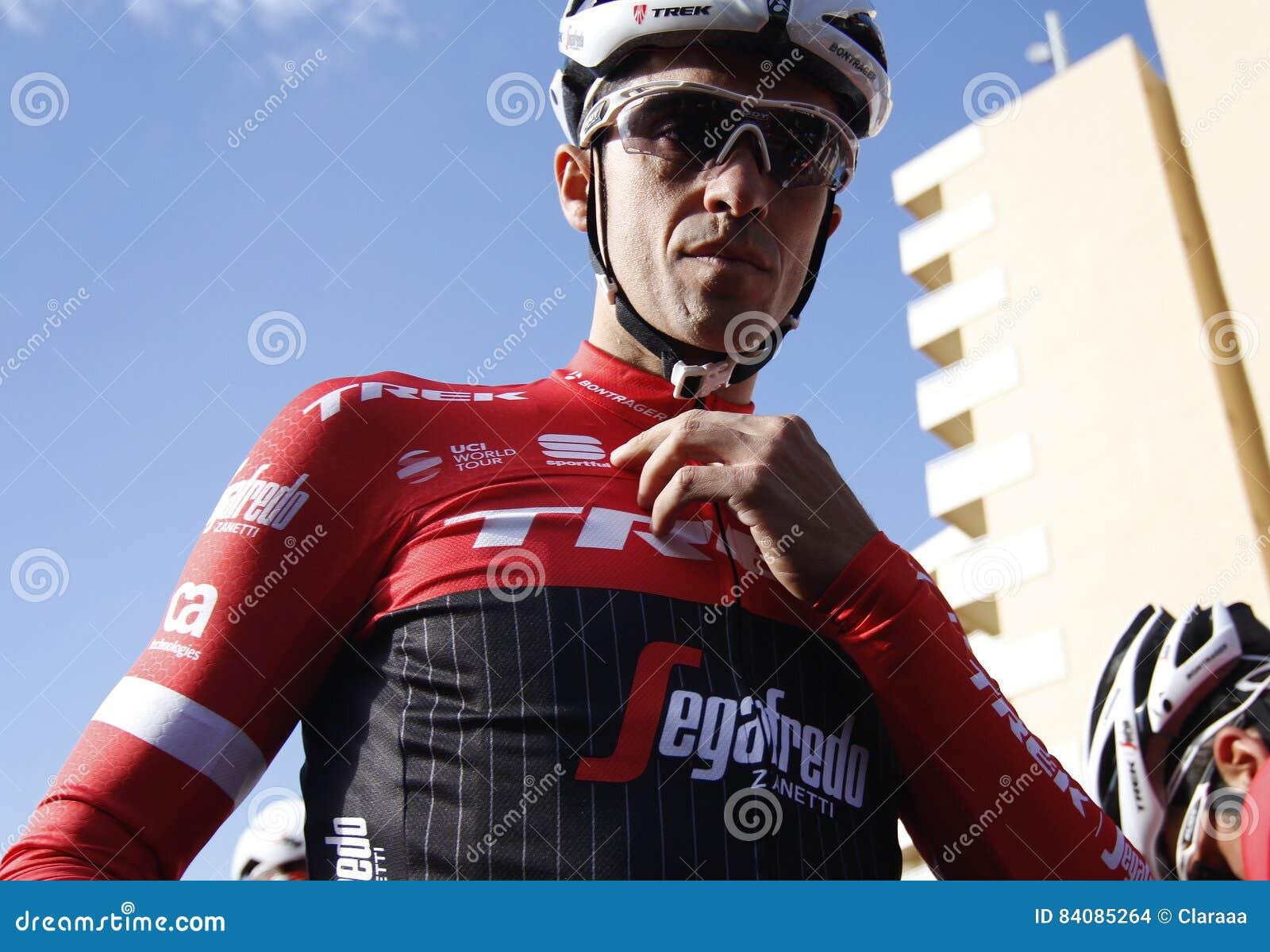 Объединяйтесь в команду трек Segafredo с Альберто Contador перед тренировкой