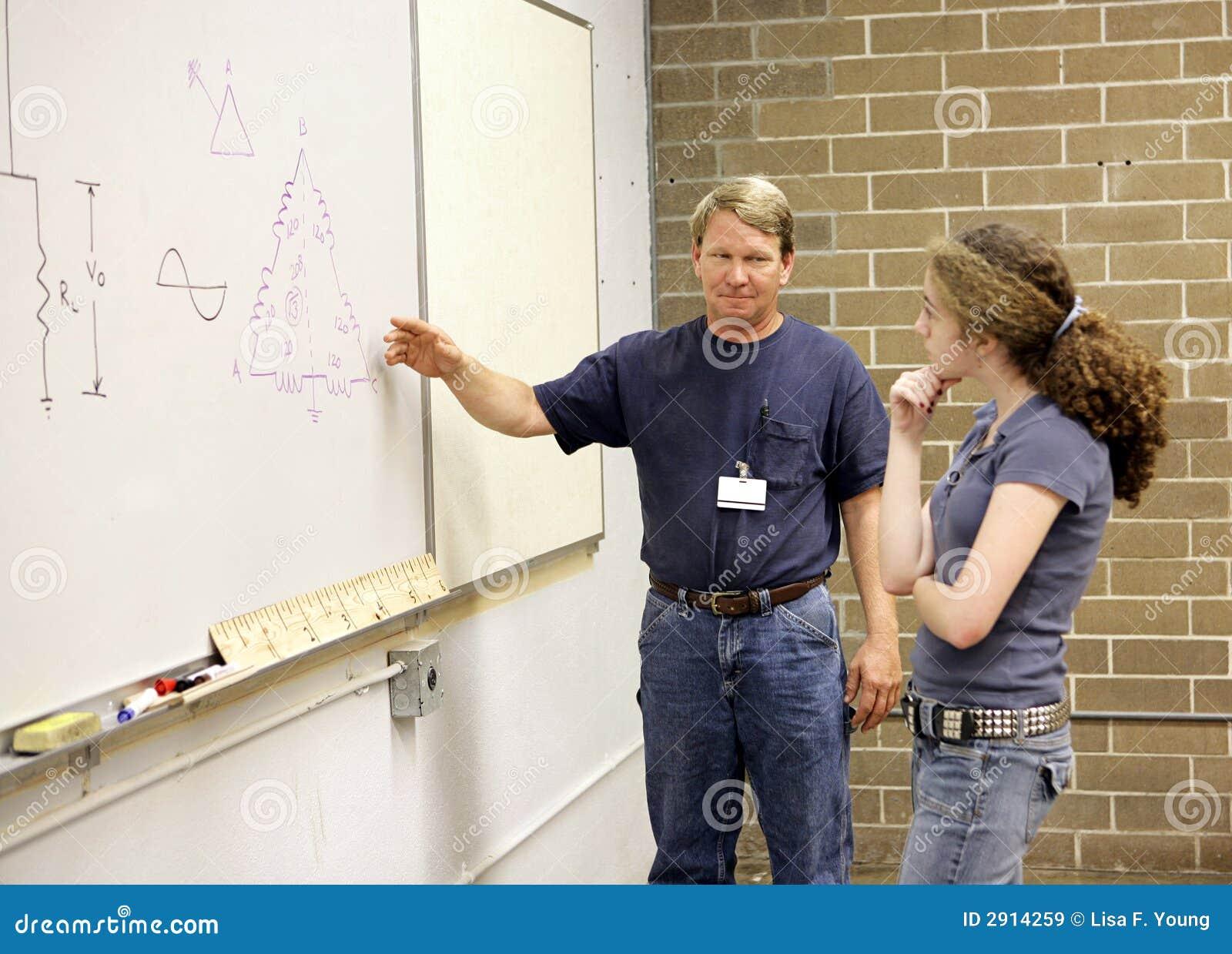 объясняет учителя студента к