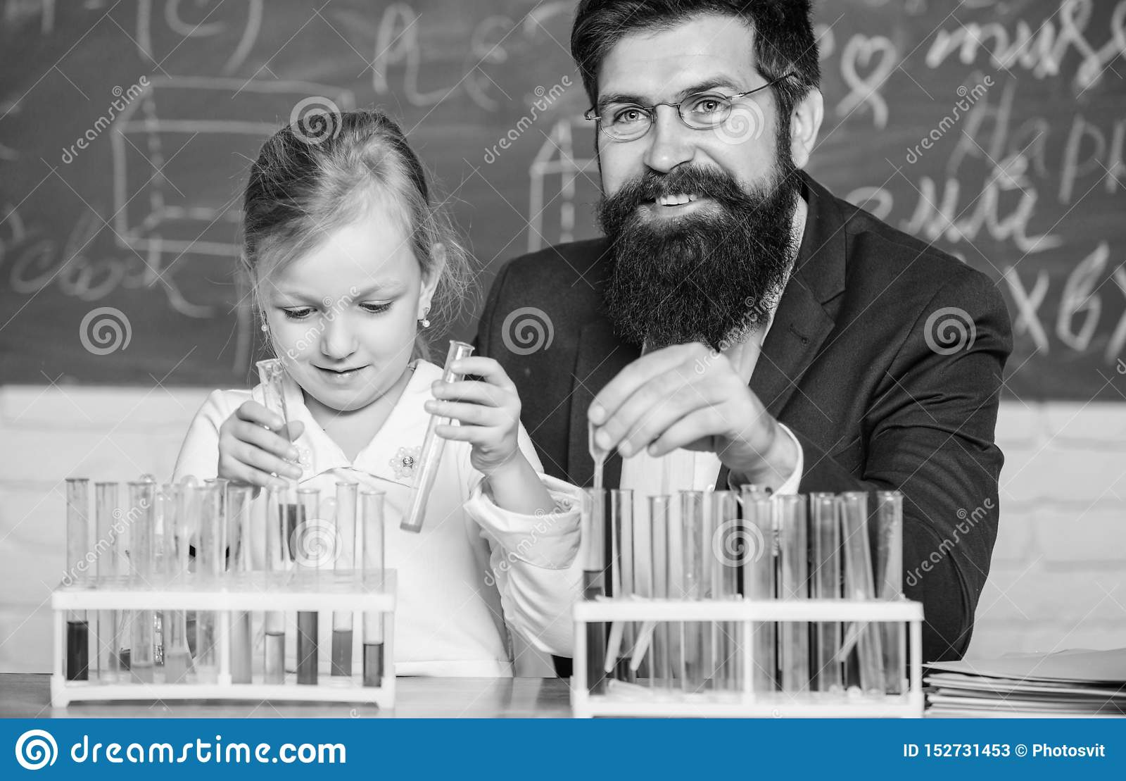 Объяснять химию для того чтобы оягниться Как интересовать детей изучить Завораживающий урок химии Учитель и зрачок человека бород