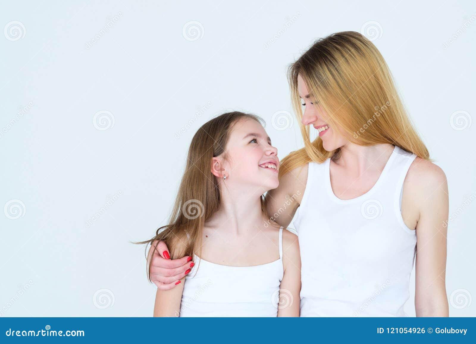 Объятие единства семьи отношения ребенка любящего родителя