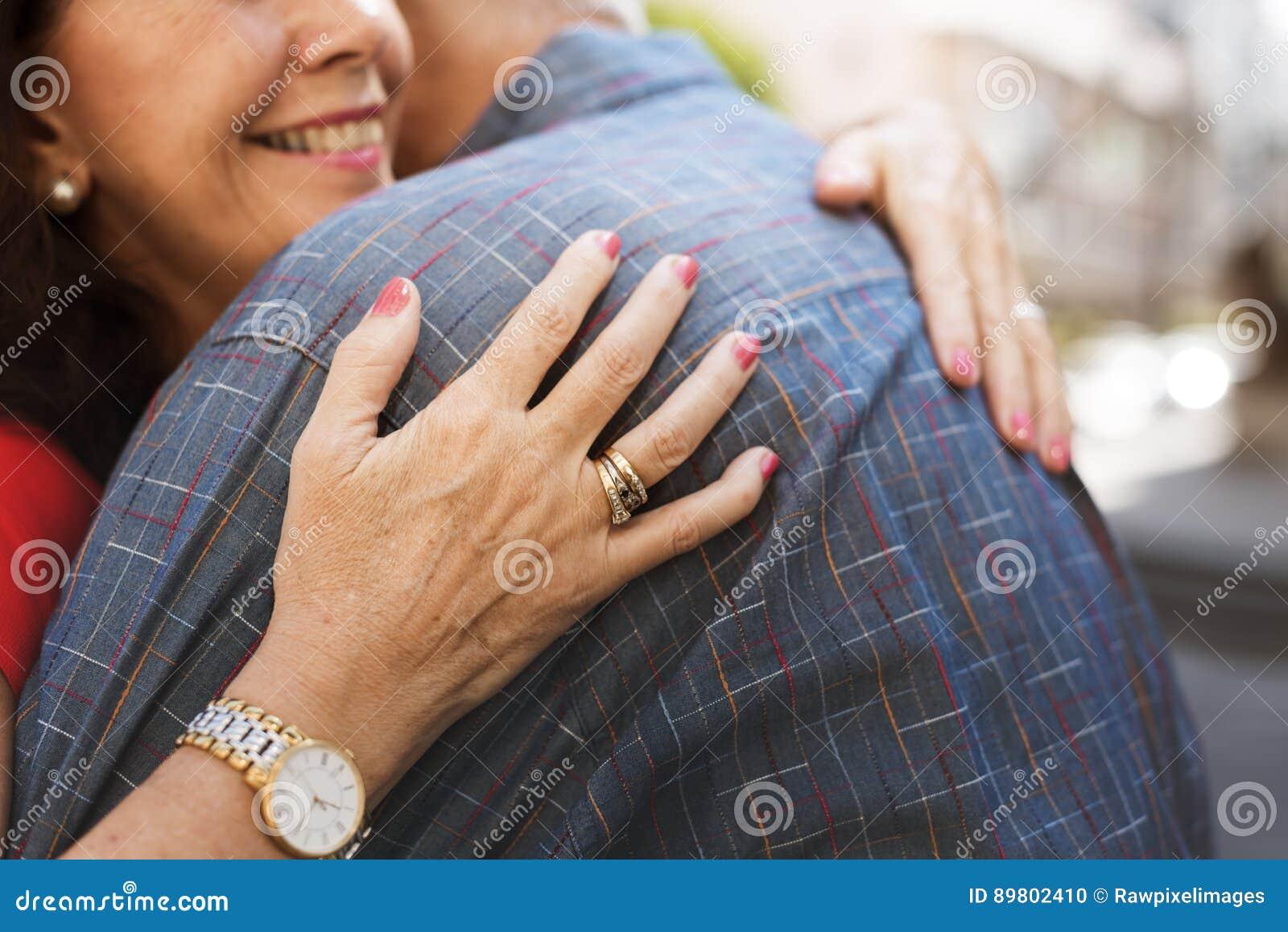 Объятие старшей влюбленности пар сладостное