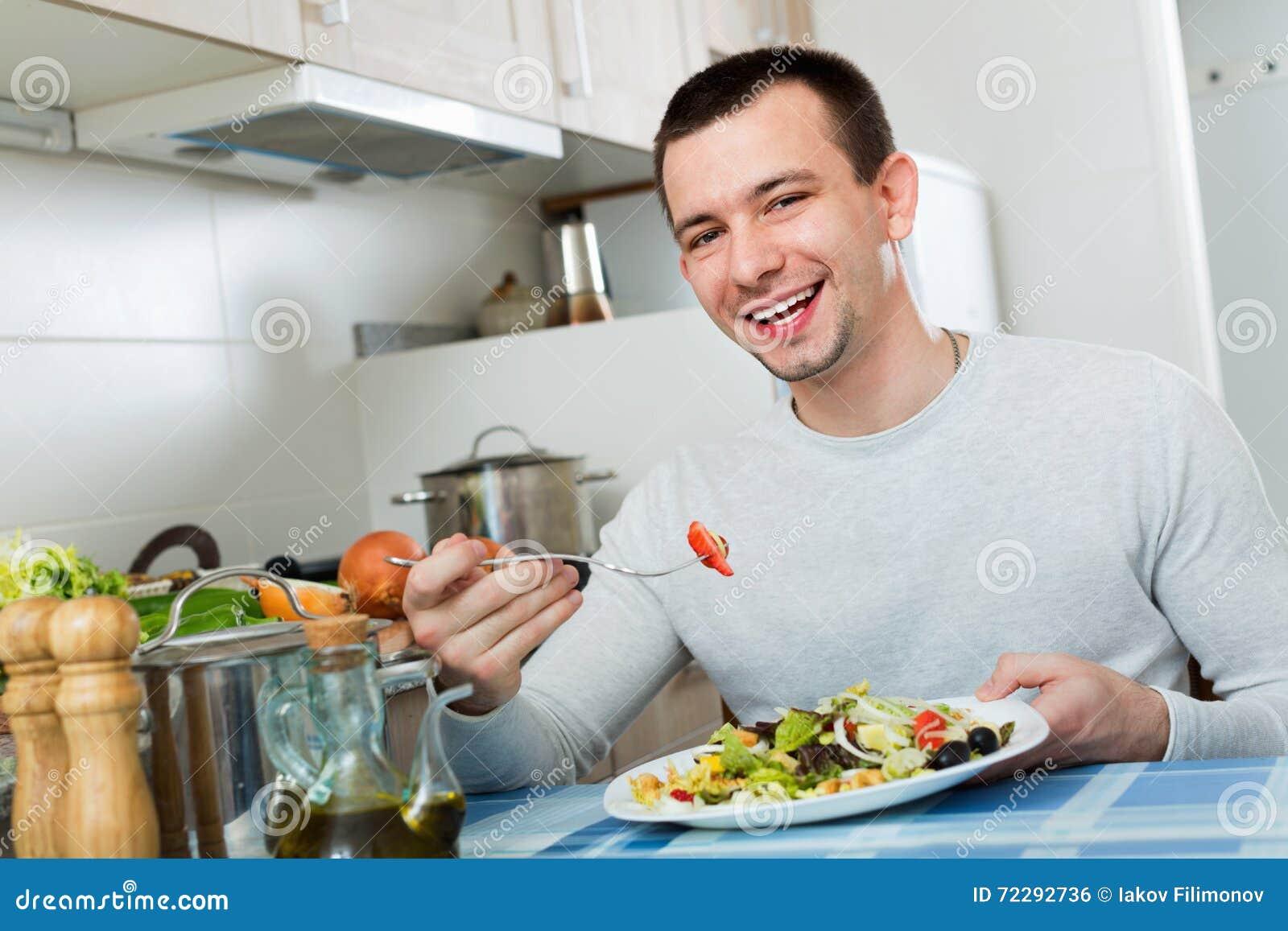 Download Обычный красивый человек держа плиту Стоковое Фото - изображение насчитывающей вырезывание, кухня: 72292736