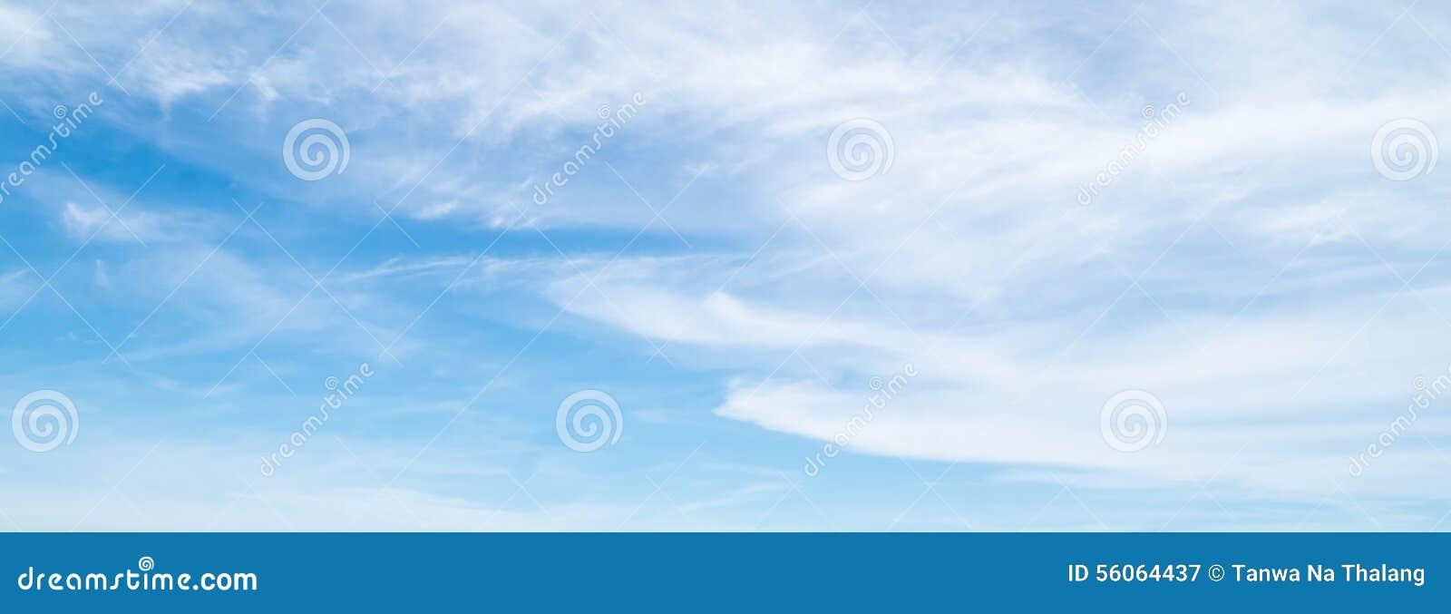 Облака в предпосылке голубого неба