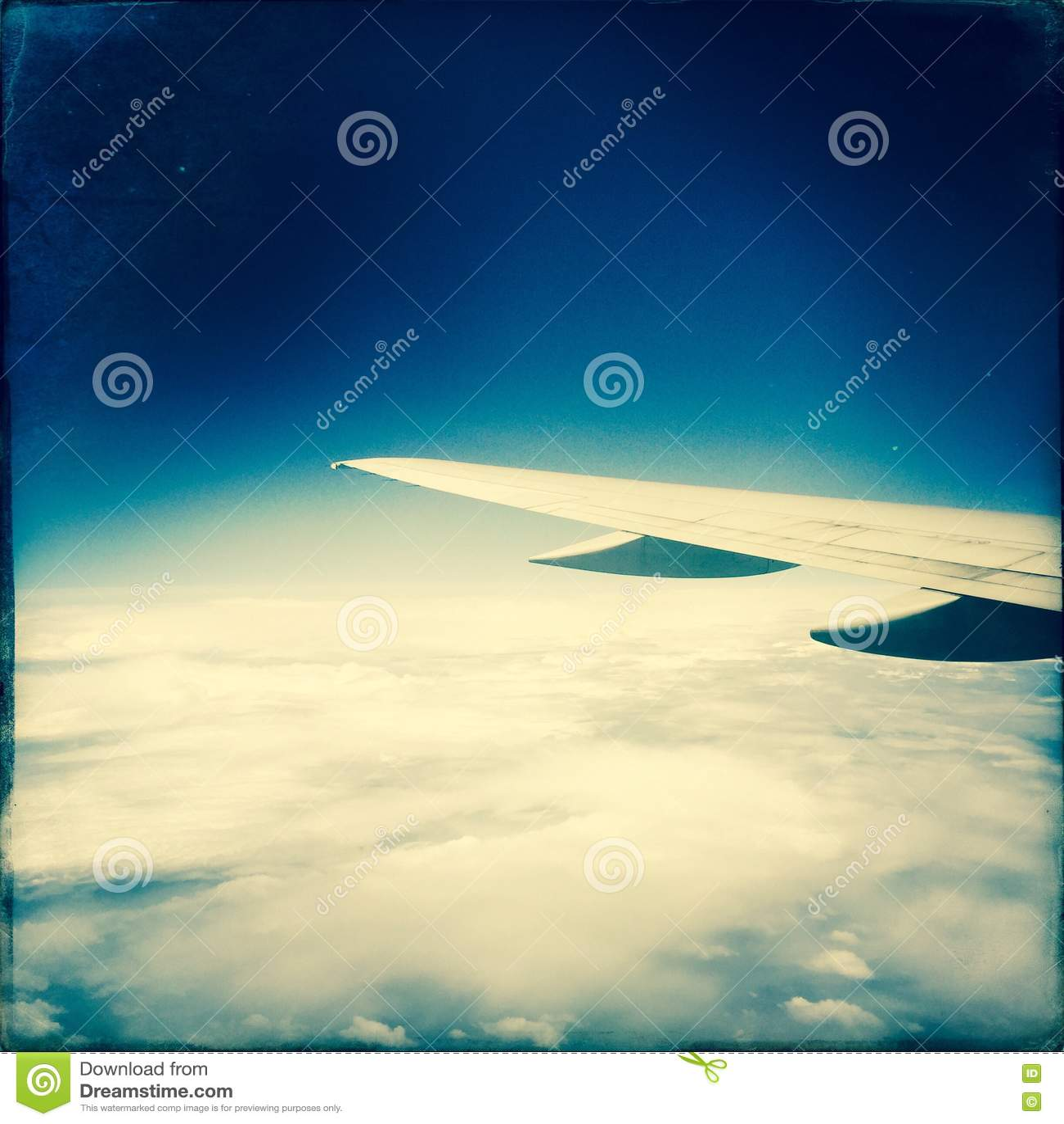 облака самолета над крылом