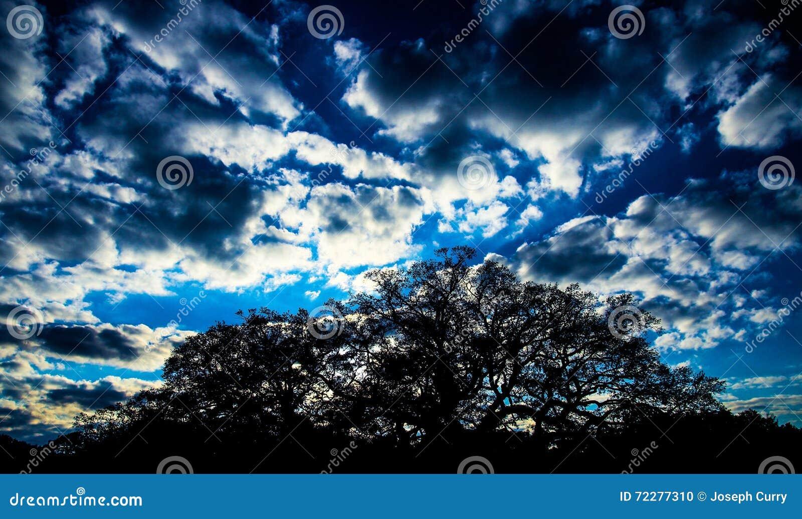 Download Облака сумрака стоковое фото. изображение насчитывающей ландшафт - 72277310