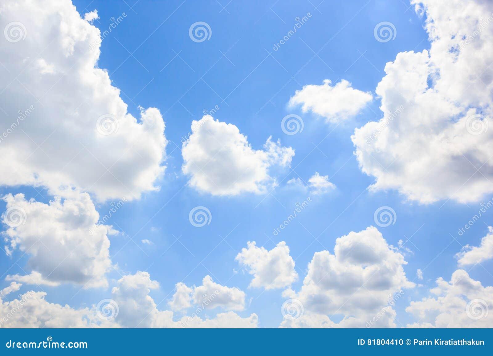 Облака с предпосылкой голубого неба