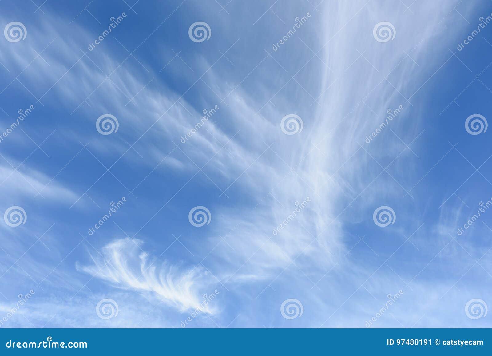 Облака цирруса против голубого неба