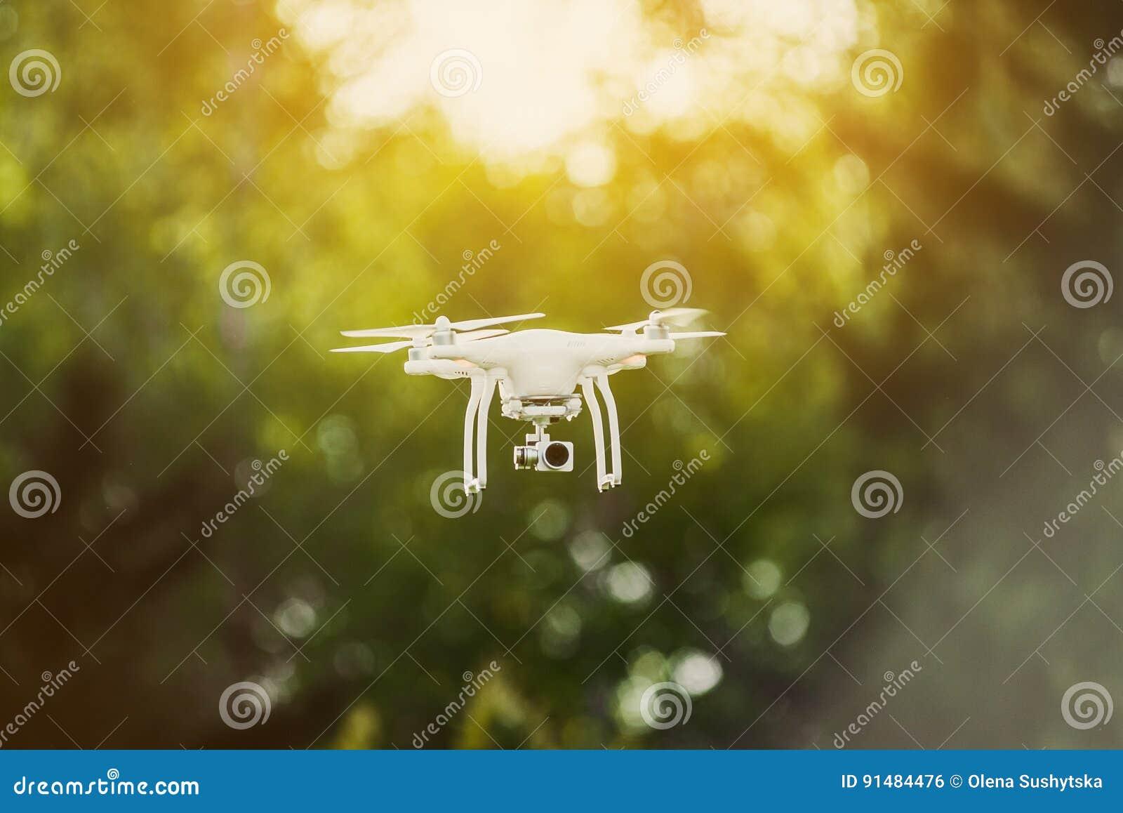 Область Украины Poltavskaya, Kremenchuk - 26-ое апреля 2017: Человек контролирует quadrocopter Запускать quadrocopter DJI