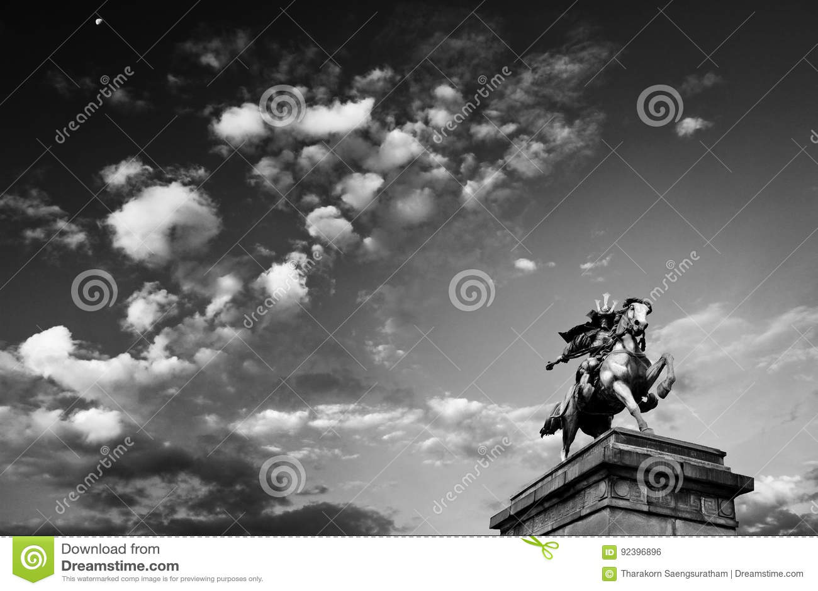 Облачное небо и статуя Kusunoki Masashige, имперского дворца внутри