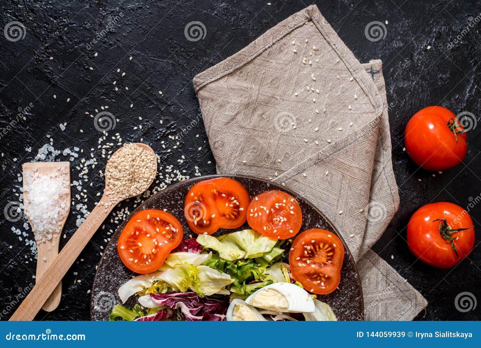 Овощи на черной предпосылке Органическая еда и свежие овощи Огурец, капуста, перец, салат, морковь, брокколи,