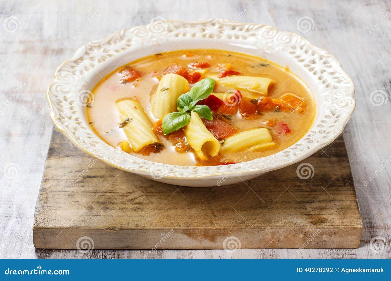 Овощной суп в керамической плите