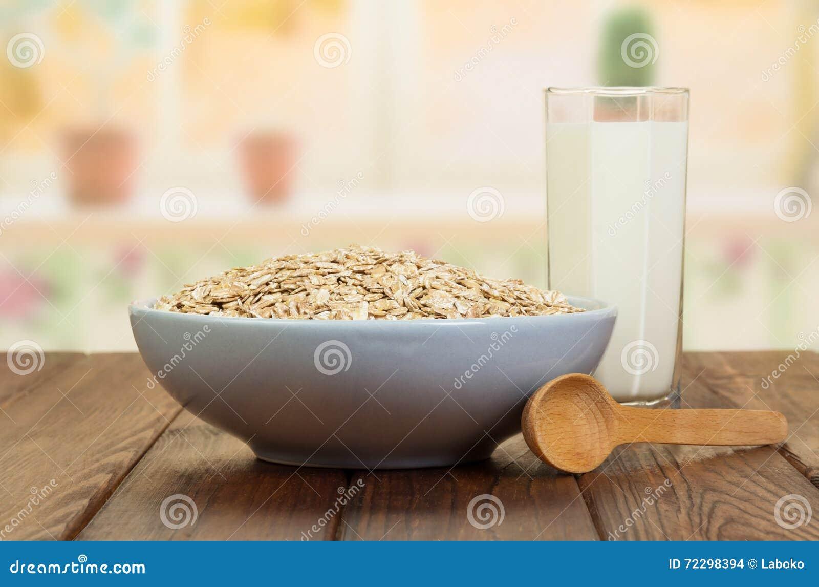 Download Овсяная каша шара, стеклянное молоко, деревянная ложка на предпосылке кухни Стоковое Фото - изображение насчитывающей кашевар, bowie: 72298394