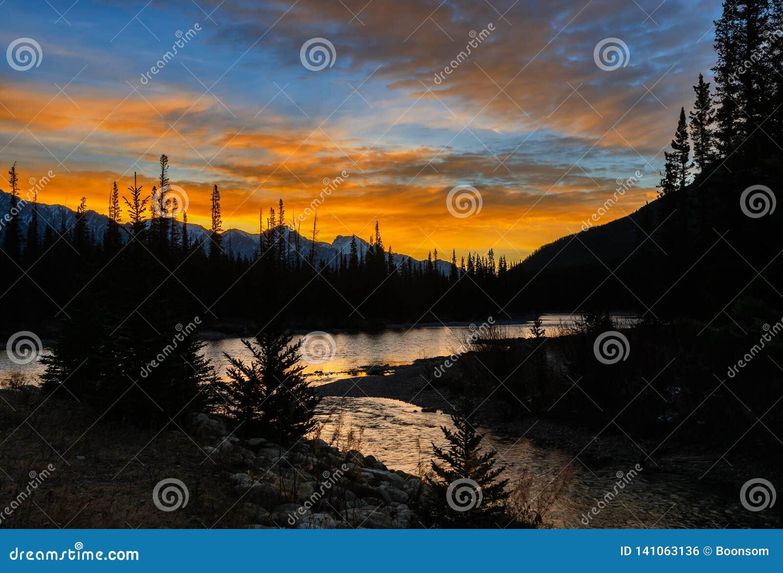 Оглушать пейзаж восхода солнца гор реки и замка смычка на национально
