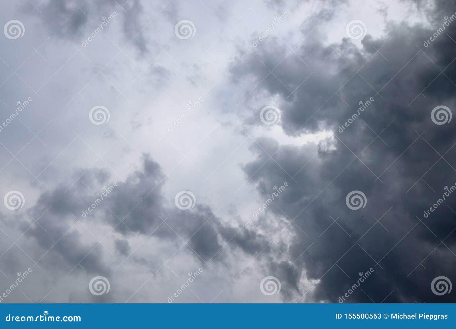 Оглушать темные образования облака прямо прежде грозы