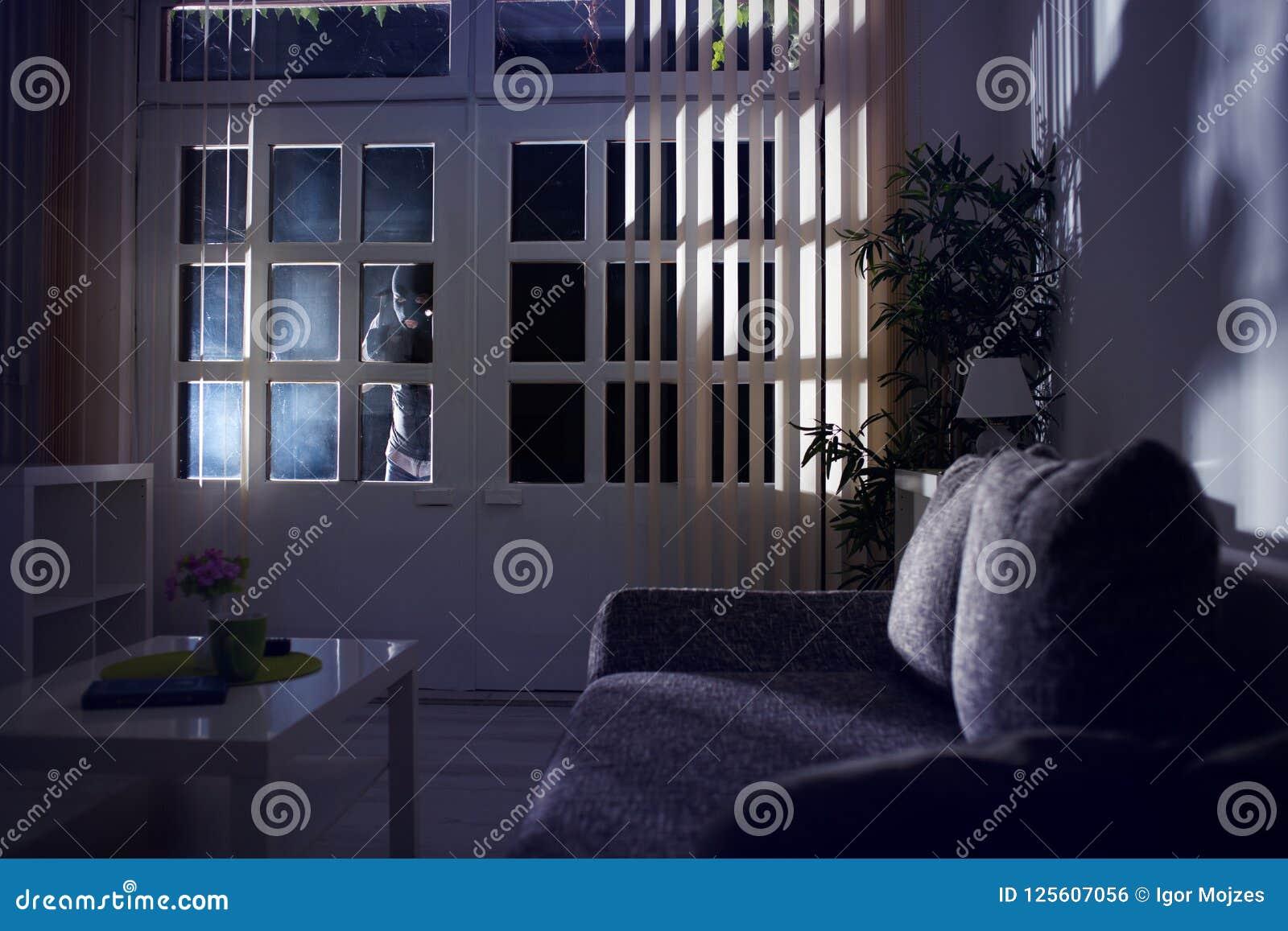 Ограбление ломая в дом на ноче