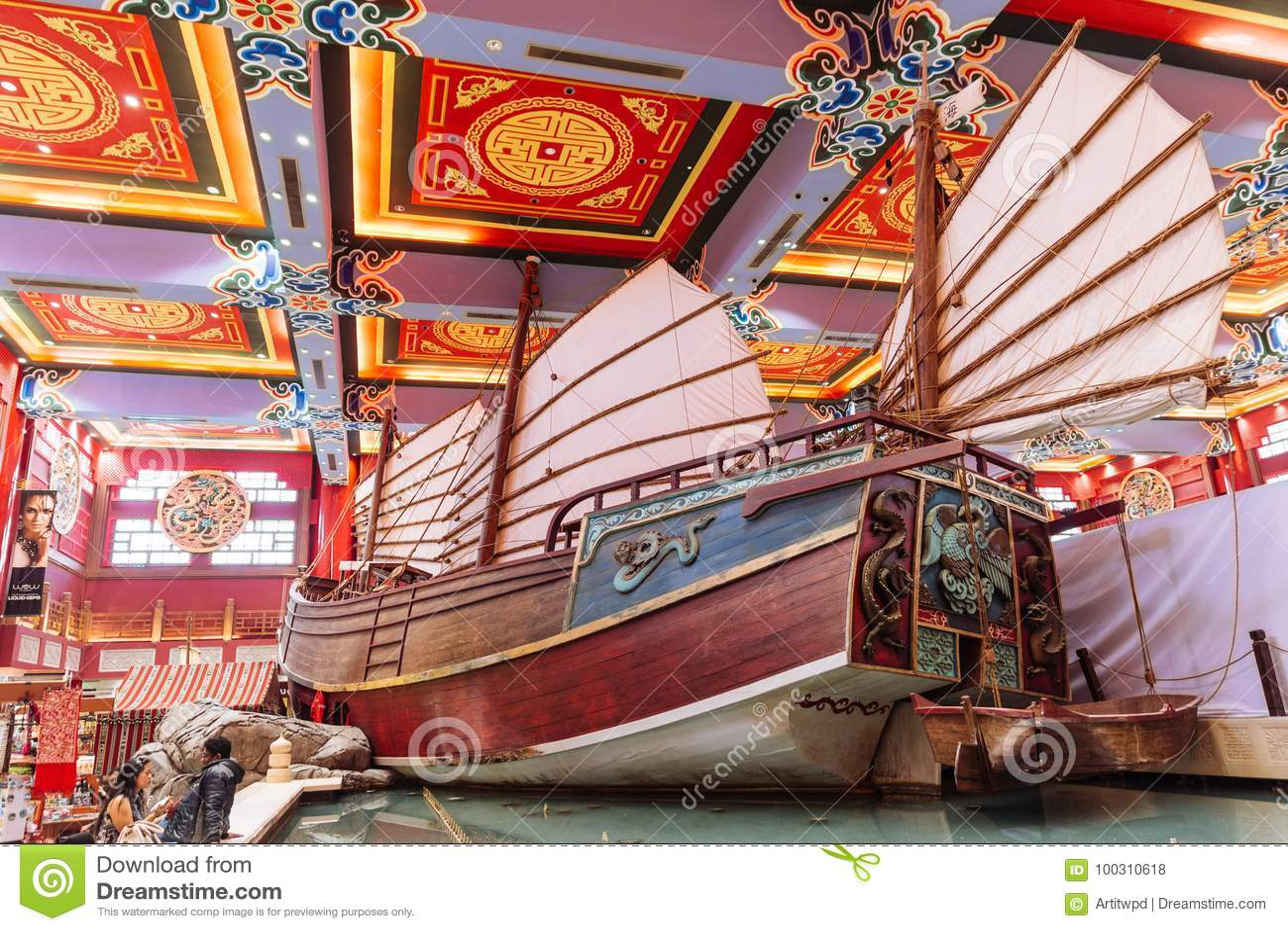 Огромное китайское старье показанное в универмаге при красочный китайский потолок украшенный с туристами в Дубай