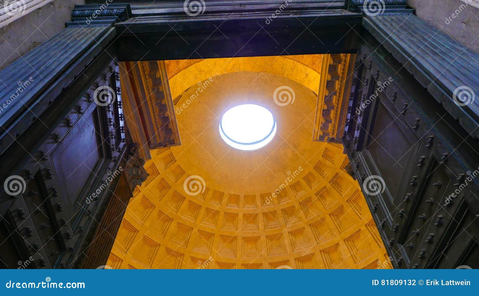 Огромные двери и впечатляющий купол пантеона в Риме