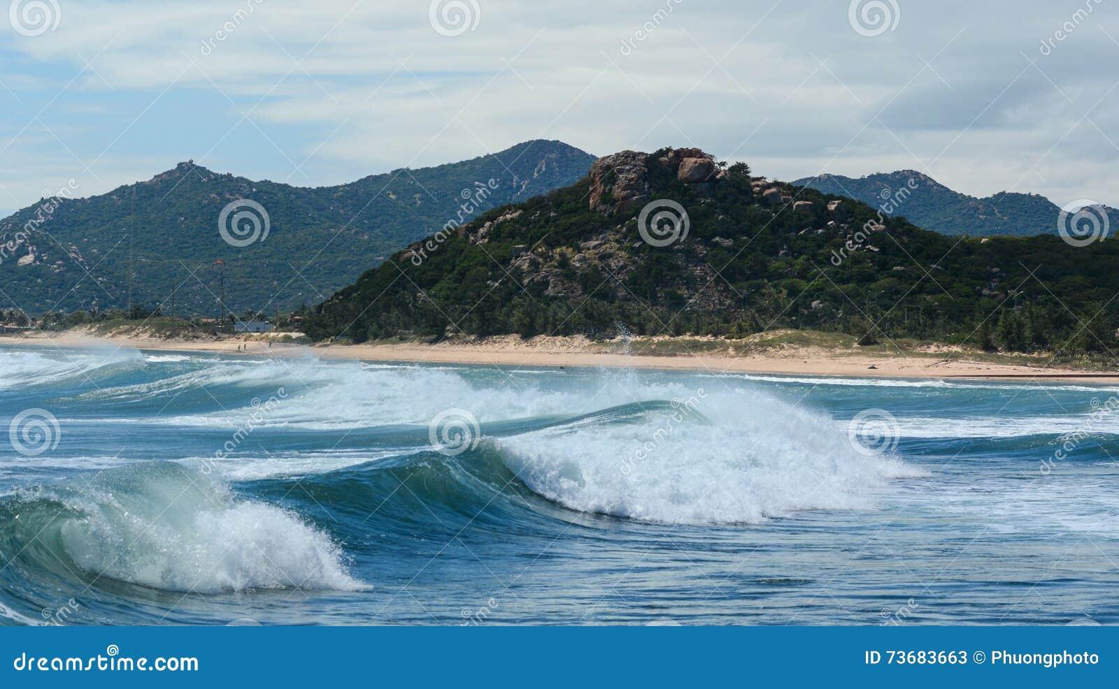 Огромные волны на море в Nha Trang, Вьетнаме