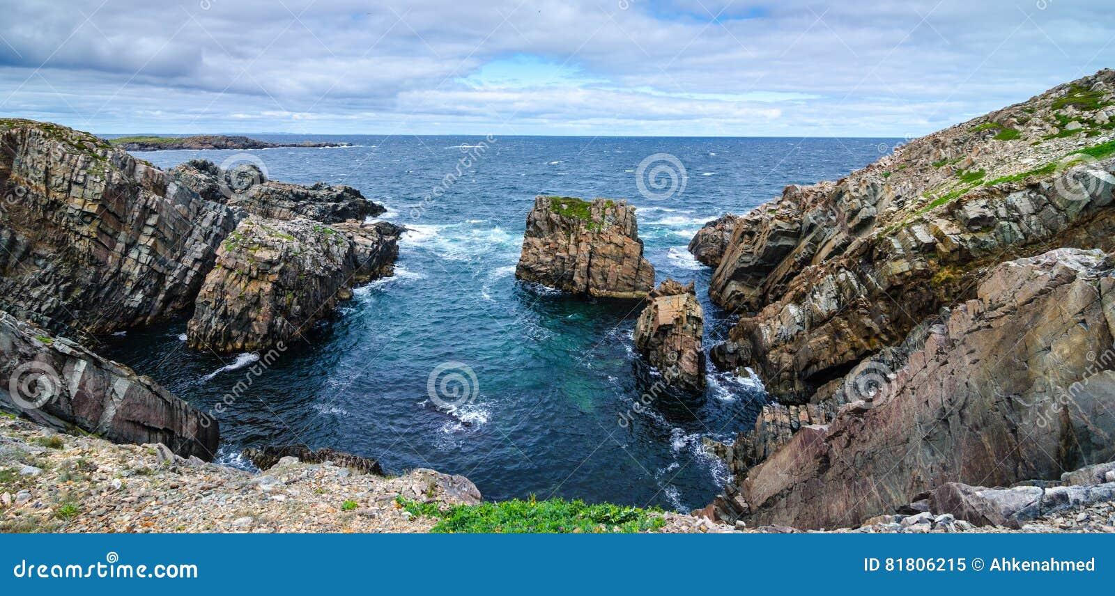 Огромные утесы и выходы на поверхность валуна вдоль береговой линии Bonavista накидки в Ньюфаундленде, Канаде