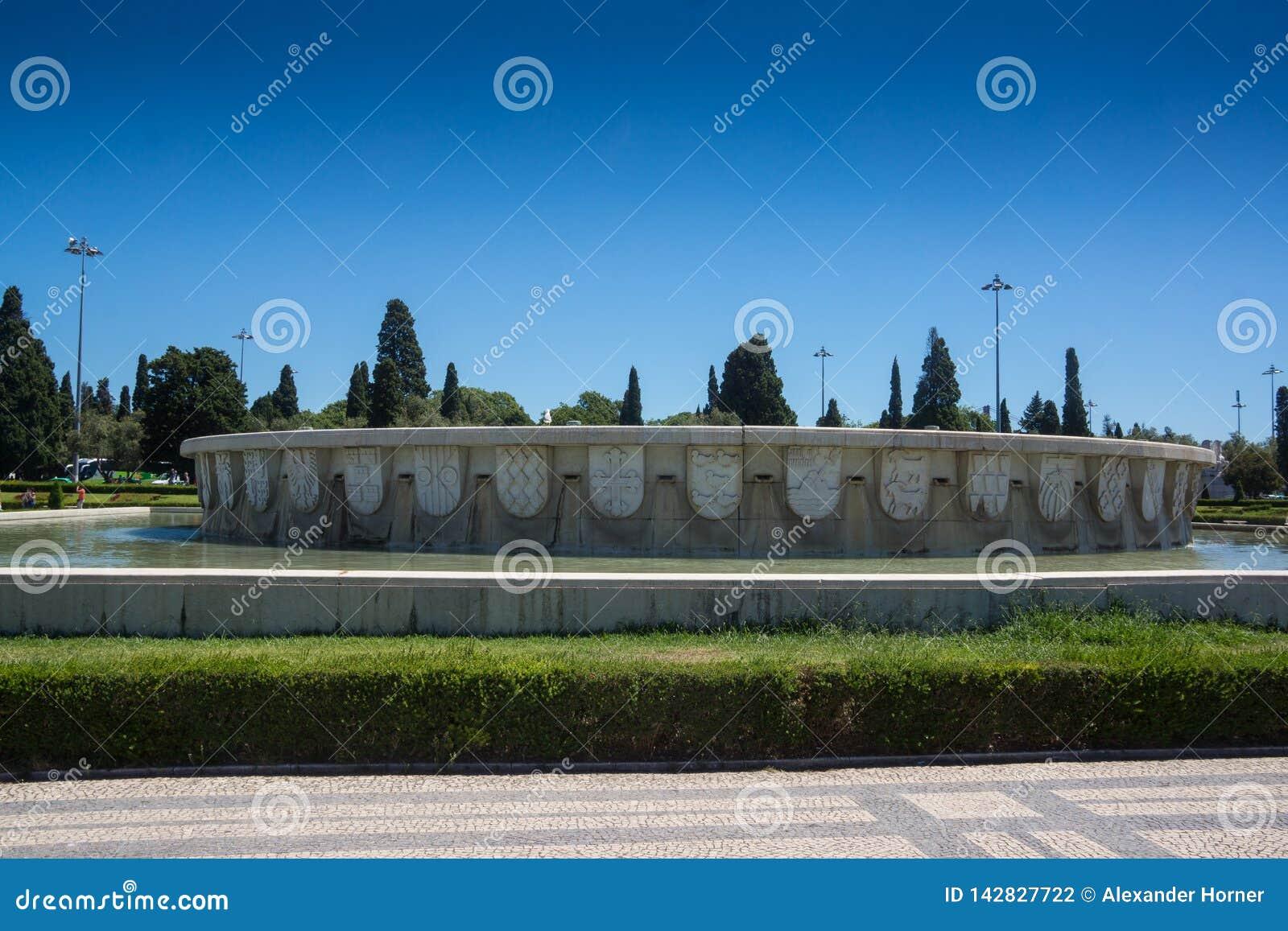 Огромный квадрат пруда и фонтана имперский