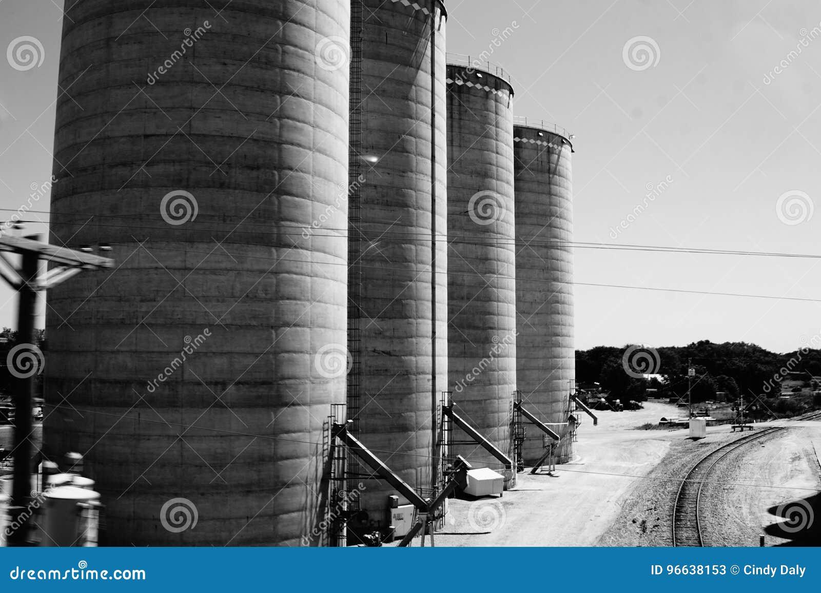 4 огромных силосохранилища в черно-белом