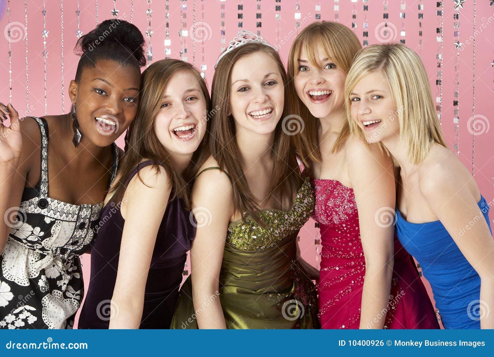 одетьнный выпускной вечер группы друзей подростковый