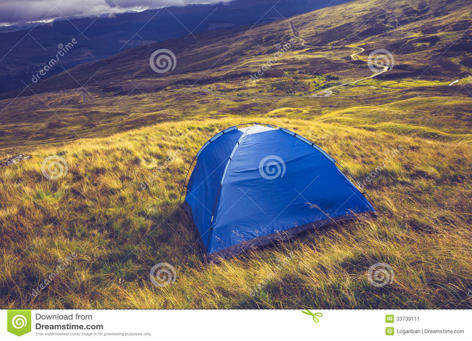 Одичалый располагаться лагерем с шатром на горе