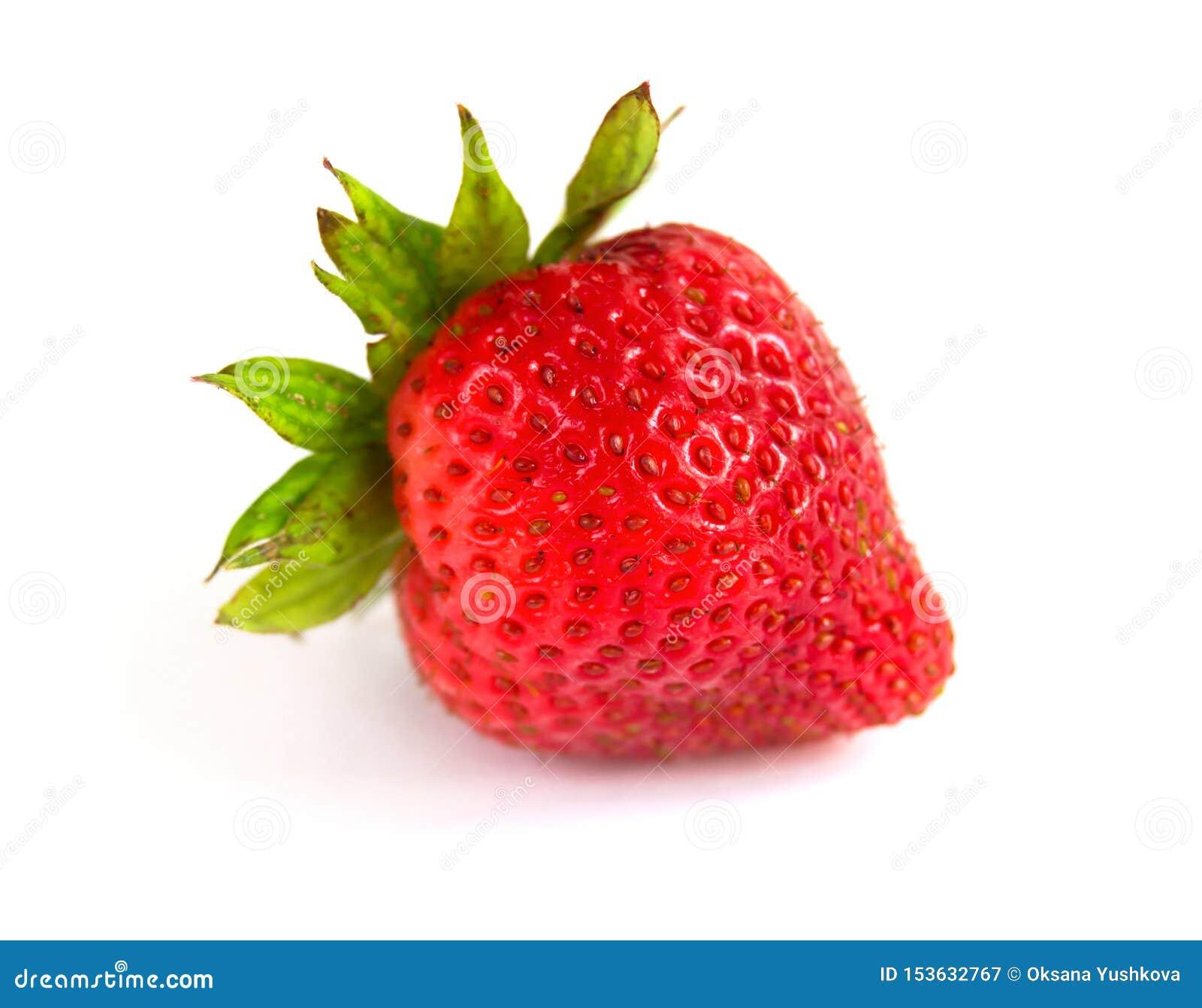 Одна красная ягода клубники с листьями на белой предпосылке