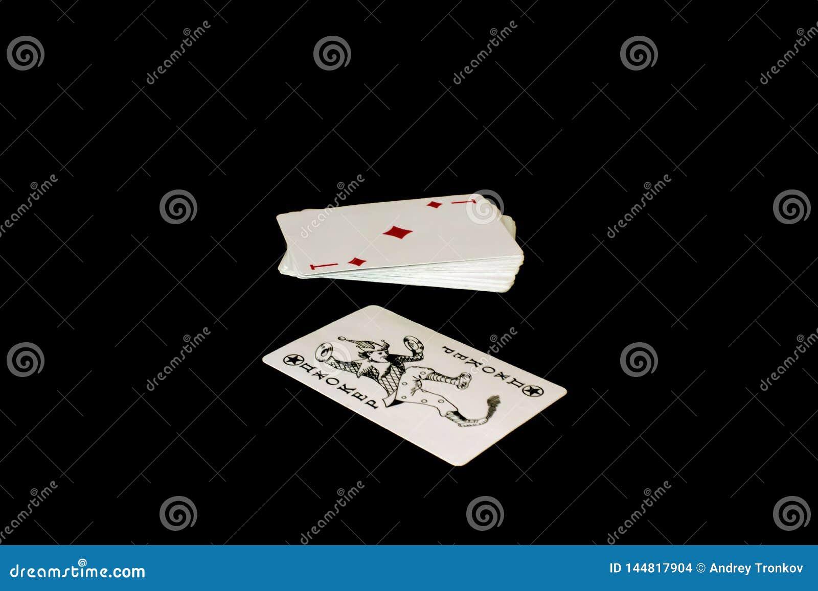 Игральные карты на черной предпосылке