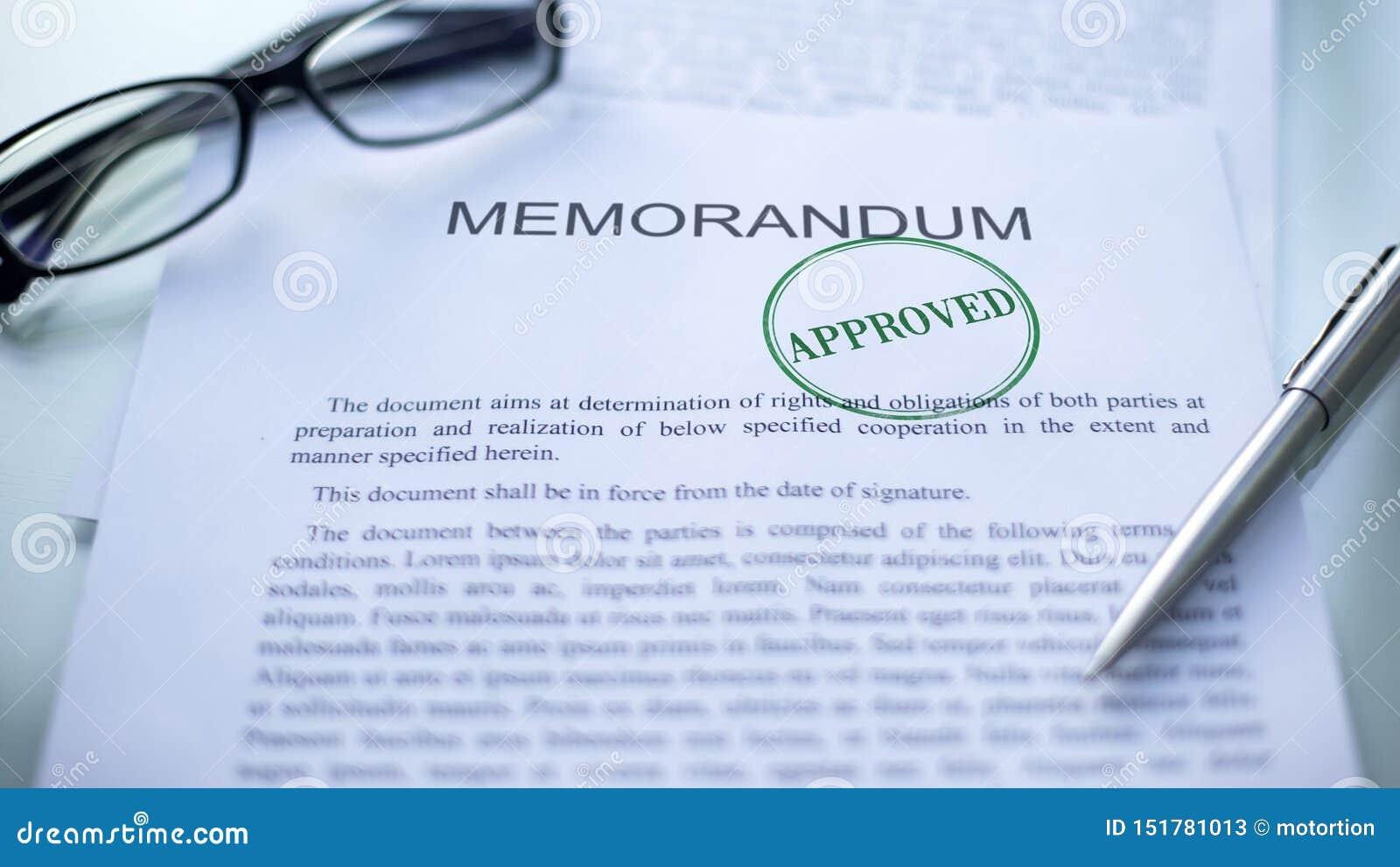 Одобренный меморандум, уплотнение проштемпелеванное на служебном документе, контракте дела