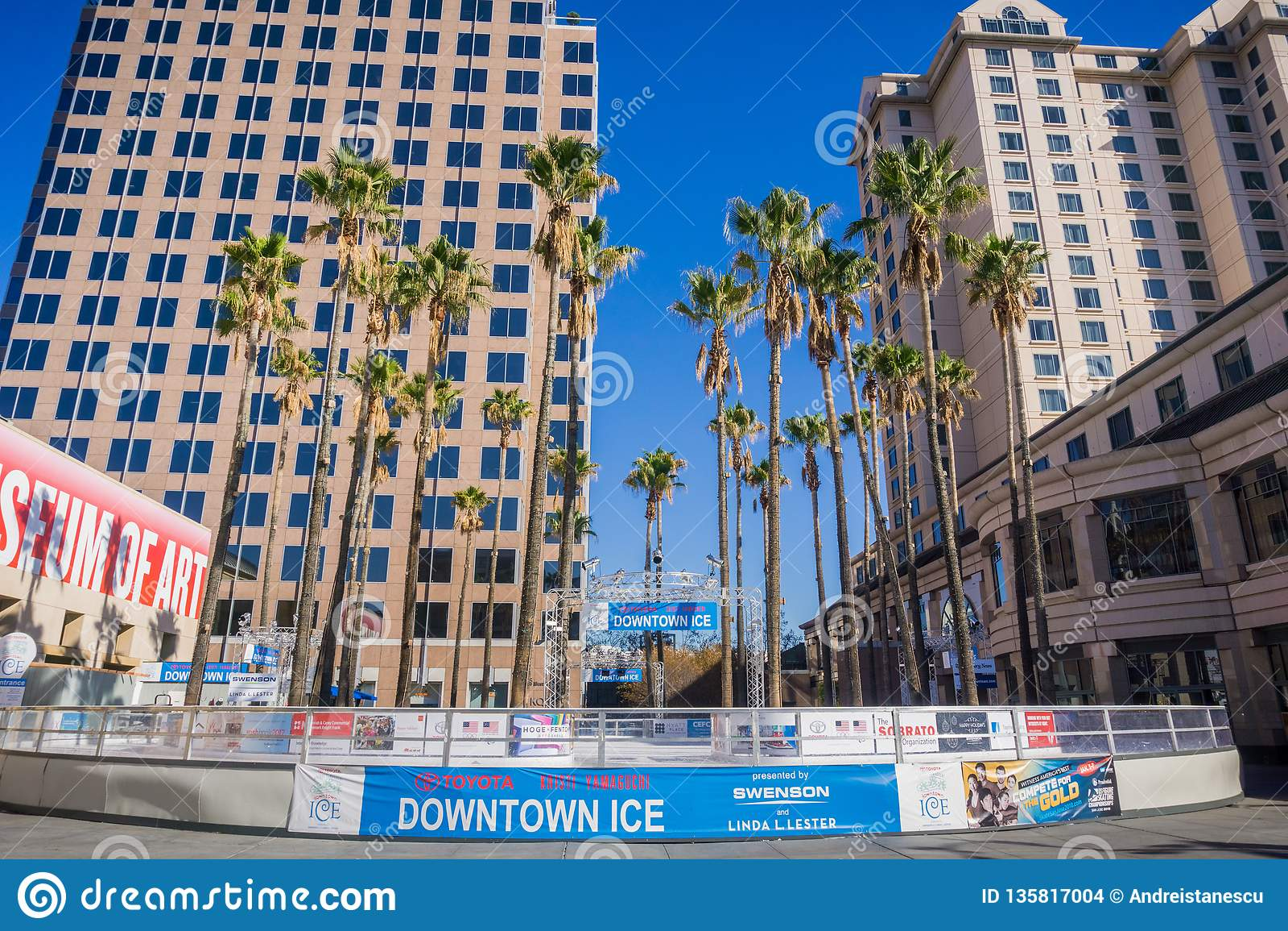 6-ое декабря 2017 Сан-Хосе/CA/США - городской лед, сезонное, каток семьи дружелюбный на открытом воздухе расположенный в круг