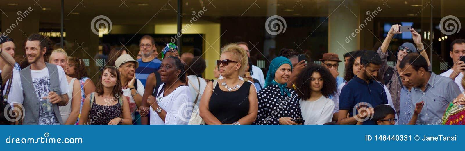 21-ое июля 2018 - Лондон, Великобритания: Аудитория на музыкальном фестивале Африки Утопии на Southbank Лондона