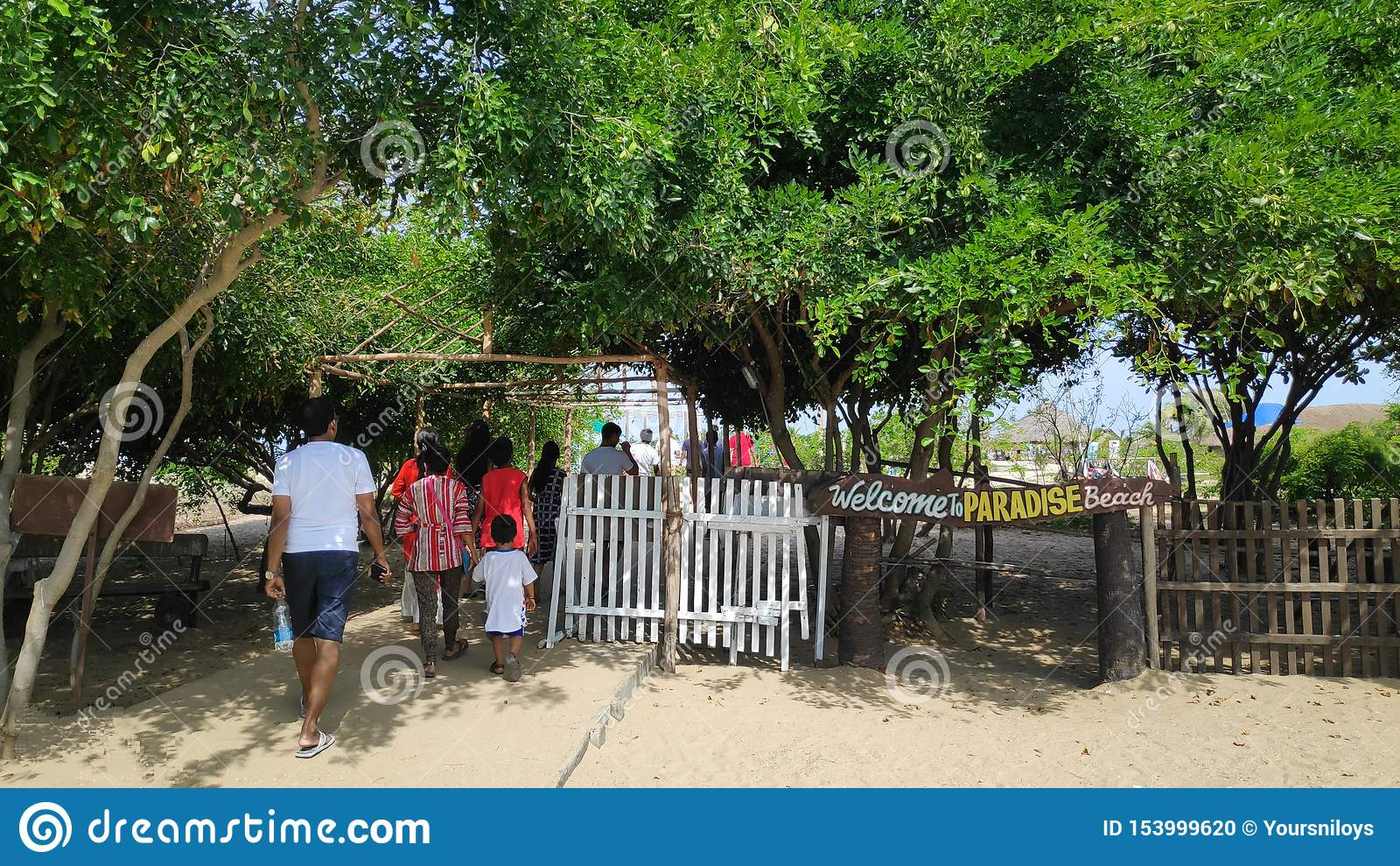 28-ое июня 2019, пляж рая, Pondicherry, Индия Люди на пути к пляжу Это главный вход пляжа