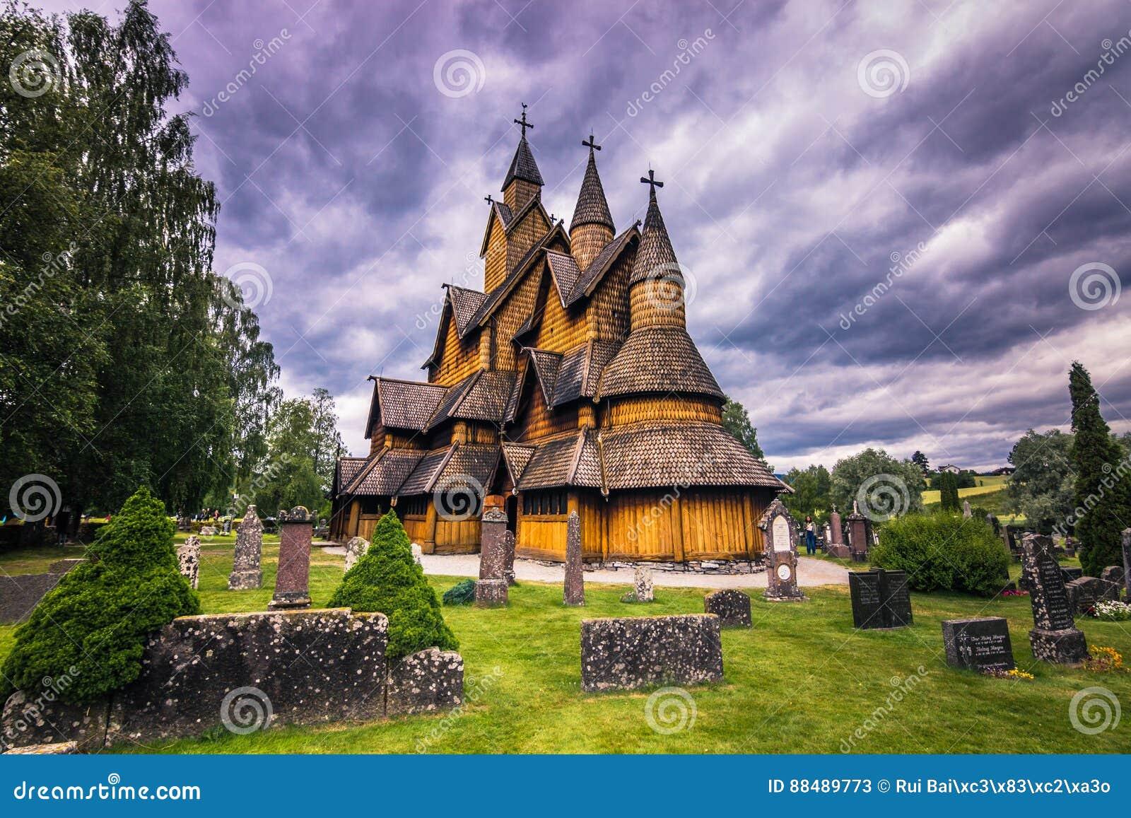18-ое июля 2015: Фасад Heddal ударяет церковь в Telemark, Норвегии