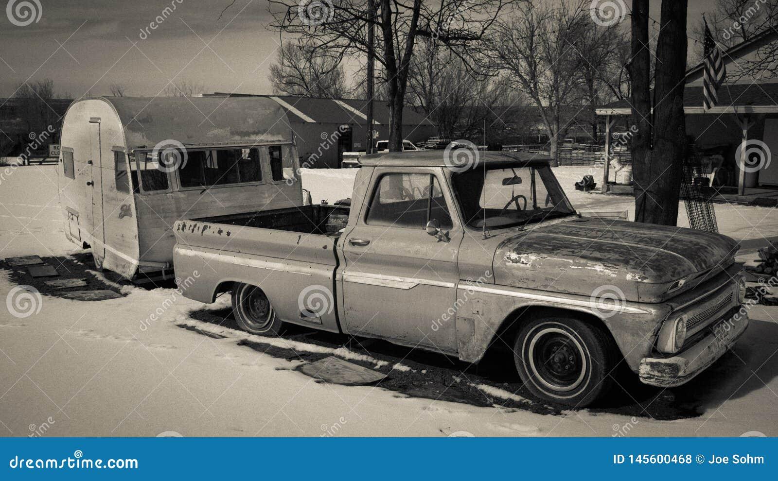 25-ОЕ ФЕВРАЛЯ 2019 - COLORADO-UTAH - США - винтажный грузовой пикап и желтый трейлер в снеге - область Колорадо/Юты