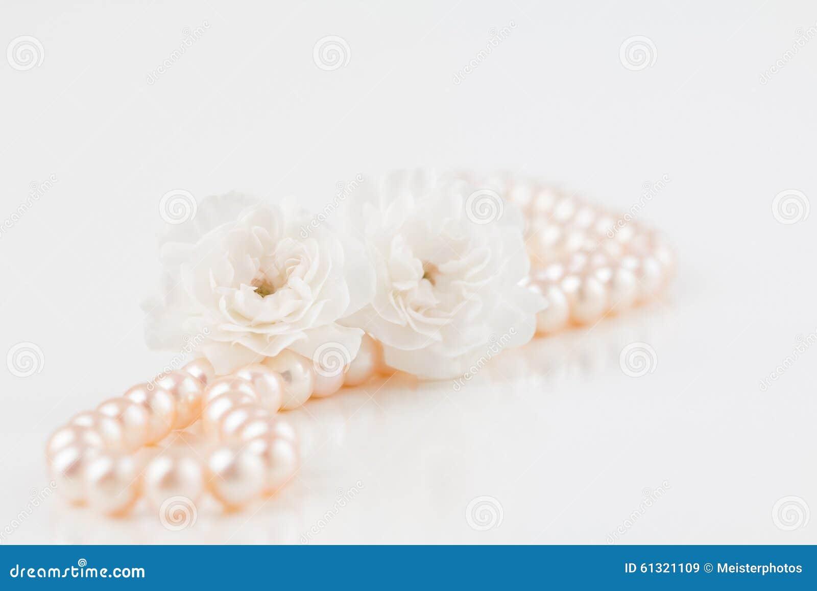 Ожерелье жемчуга с цветками