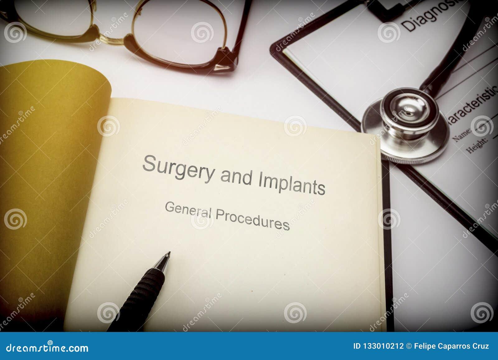 Озаглавил хирургию книги и имплантирует общие процедуры вместе с медицинским оборудованием