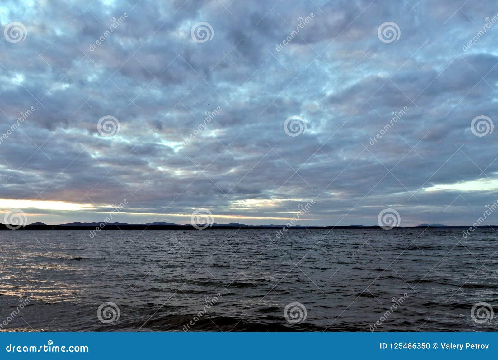 Озеро вечер в пасмурной погоде
