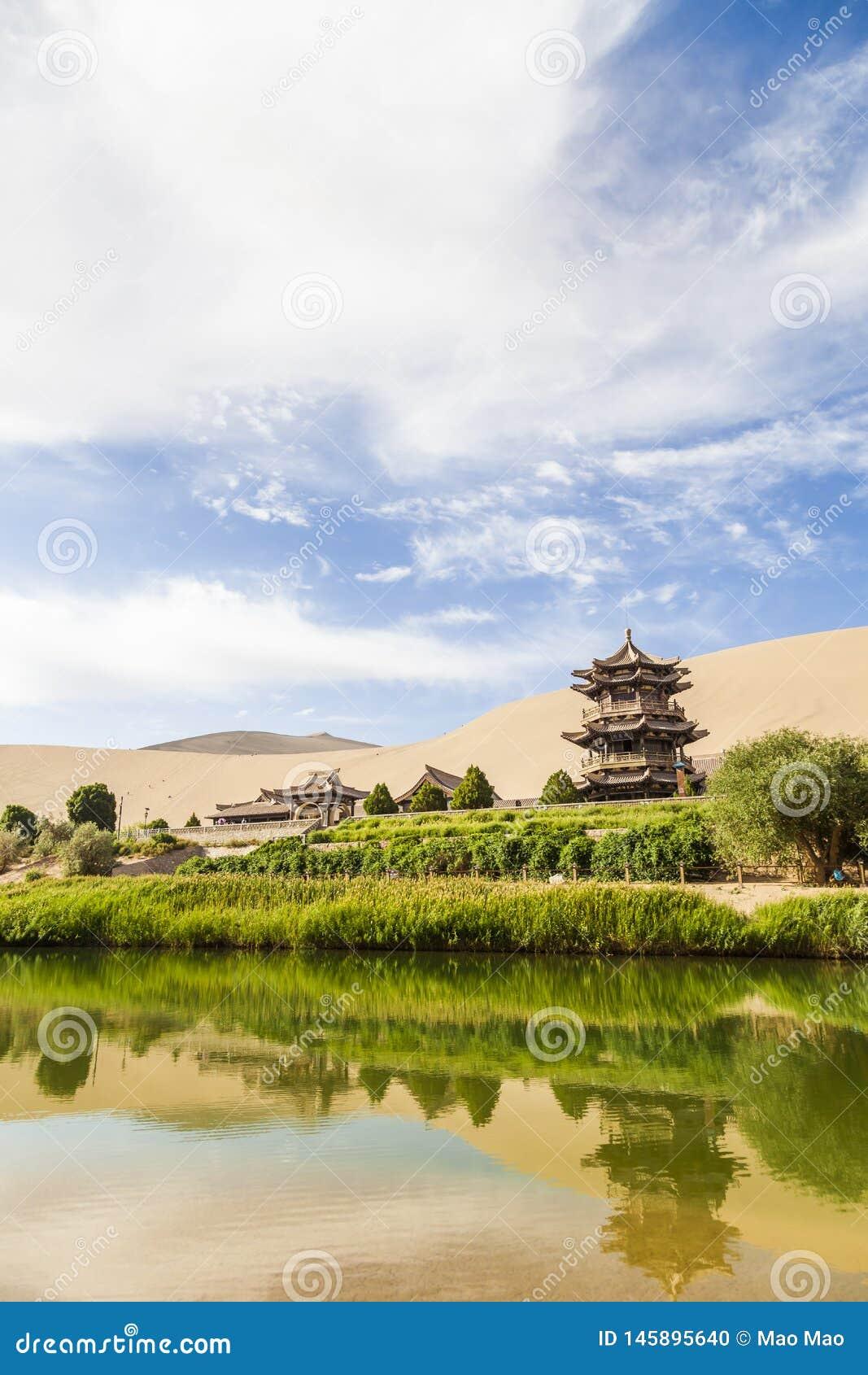 Озеро Ганьсу Дуньхуан серповидные и гора Mingsha , Китай