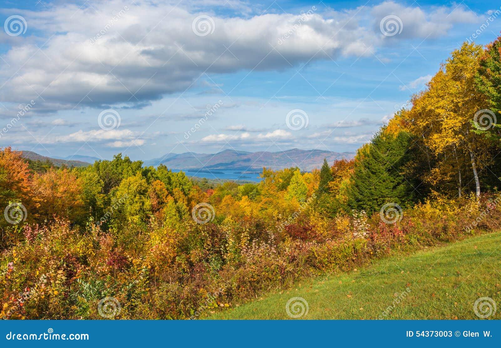 Озеро Джордж устроенное удобно в горах и листопаде