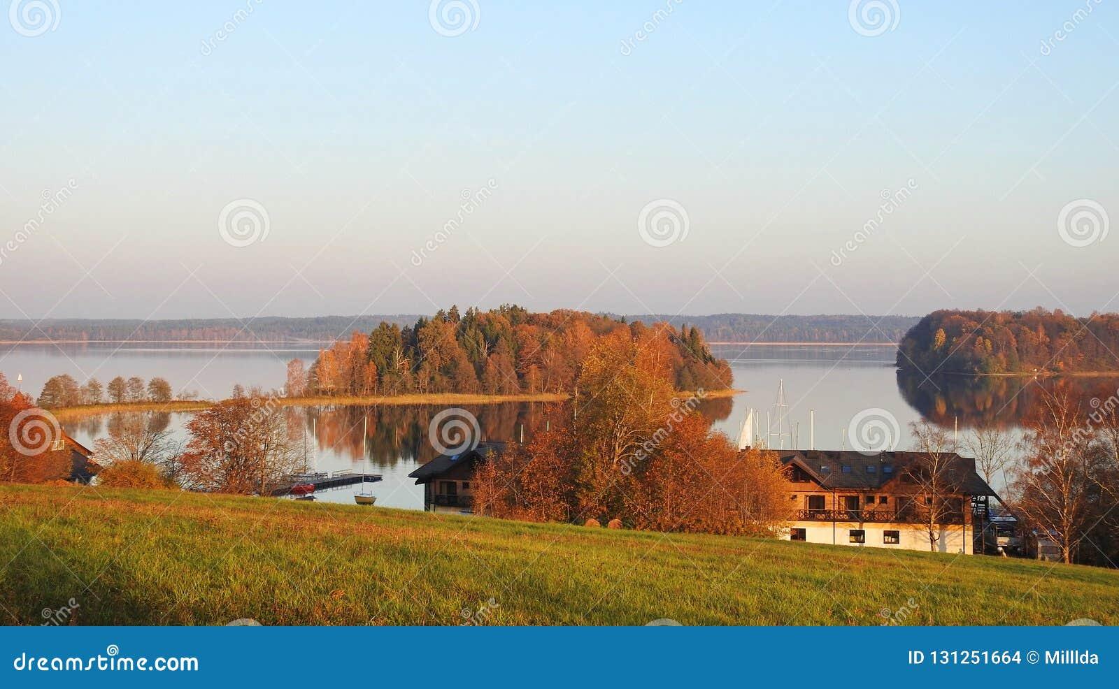 Озеро, дома и красивые заводы, Литва