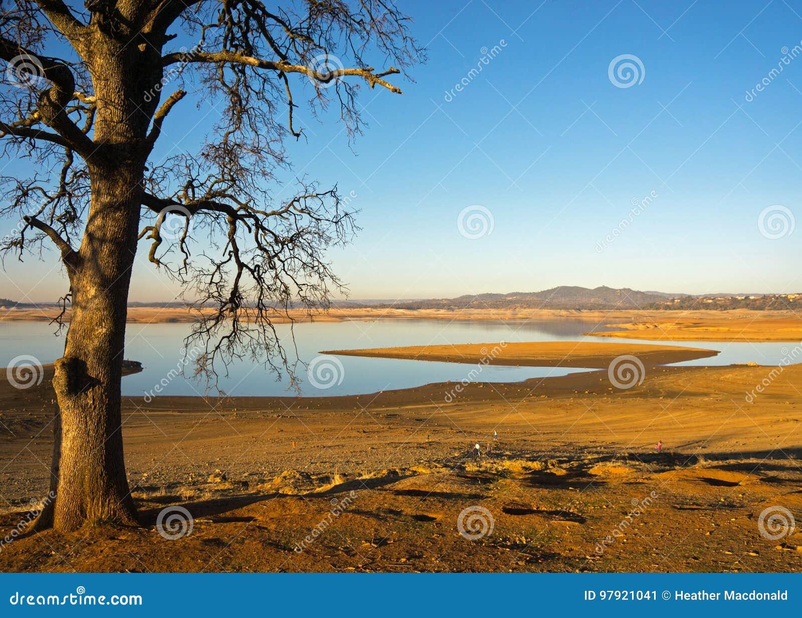 Озеро Калифорния Folsom во время засухи 7 год